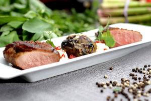 Утиная грудка с инжиром: рецепт от шеф-повара Антона Клетарова