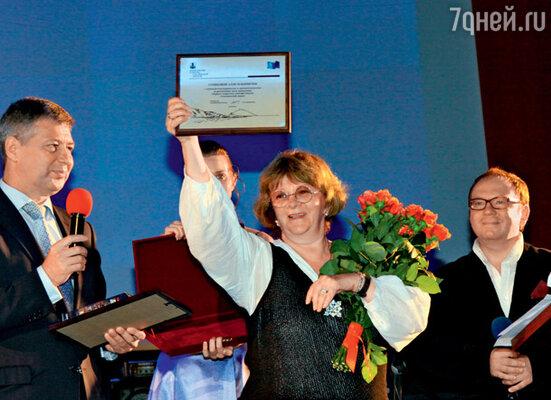 Аллу Сурикову сахалинцы наградили специальным дипломом за воплощенную в жизнь мечту — первый в истории острова кинофестиваль