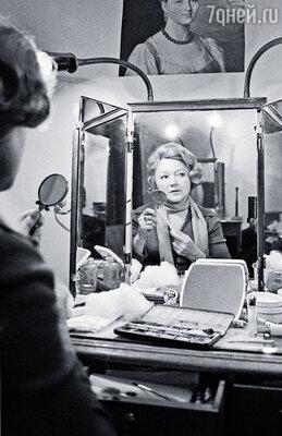 Мама проработала в театре шестьдесят четыре года. Зрители ее обожали