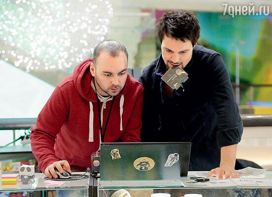 Лучший друг Вадик (Игорь Войнаровский) пытается помочь герою Данилы вернуть любимую