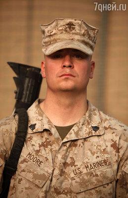 Сержант Скотт Мур, морской пехотинец,  поспорил с ребятами из своего взвода,  что пригласит на свидание саму Милу Кунис!