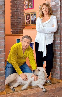 Елена Яковлева и ее муж Валерий Шальных с лабрадором Ластиком
