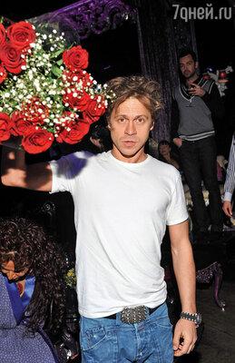 Букета от него я так и не дождалась. Он просто не задумывается о том, что есть ритуал ухаживаний и девушкам полагается дарить цветы. Зачем?