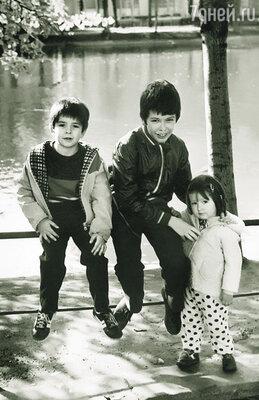 В детстве у меня непросто складывались отношения с братьями — у всех разный возраст, разные интересы. (Маленькая Александра с братьями Митей и Колей)