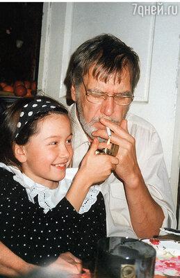 Папе совершенно невозможно было запретить курить. Он курил везде: в больнице, в театре, дома