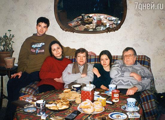 С легкой руки тети Оли наша семья стала называться «волчьей стаей». (За столом слева направо: Ваня, Вера Волкова, жена Николая Николаевича, актриса Ольга Волкова, Саша и Николай Волковы)