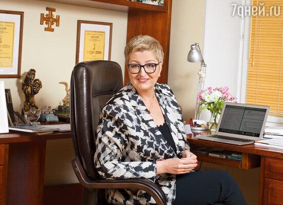 На десятый раз смены работы Женя посоветовал отнести рукопись в издательство, ведь Таня так и не освободилась  от желания писать. И ее взяли!