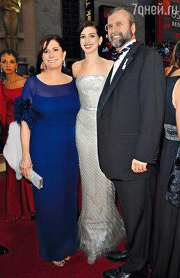 На следующий год Энн взяла на оскаровскую церемонию родителей— Кейт и Джерарда. 22 февраля 2009 г.