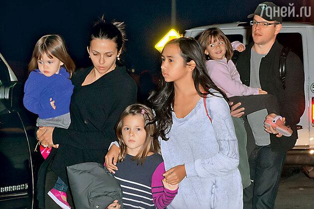 Мэтт Дэймон с женой Лусианой и дочками Стеллой, Изабеллой, Алексией и Джией