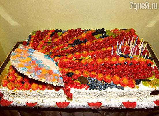 Увидев 10-килограммовый торт, именинница пошутила: «Чего-то свечек маловато»
