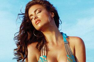 Ирина Шейк снялась на пляже в сексуальных бикини
