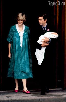 Принц Чарльз встречает Диану с новорожденным Уильямом на пороге клиники Святой Марии. 22 июня 1982 г.