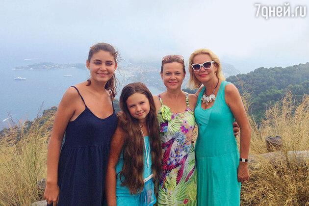 Алена Яковлева с дочкой Машей и подругой Татьяной Яковенко с дочкой Аленой
