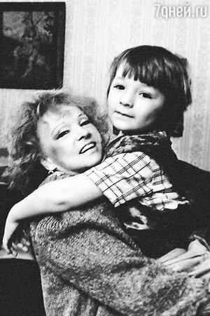 Людмила Гурченко с внуком Марком. 1993 г.