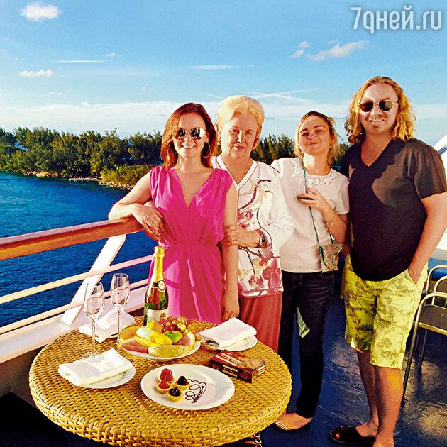Игорь Николаев с женой Юлей, мамой Светланой Митрофановной и дочкой Юлей