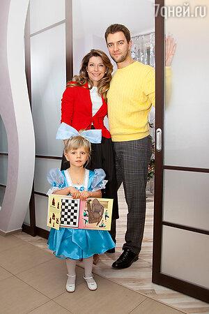 Екатерина Волкова с дочкой Лизой имужем Андреем Карповым