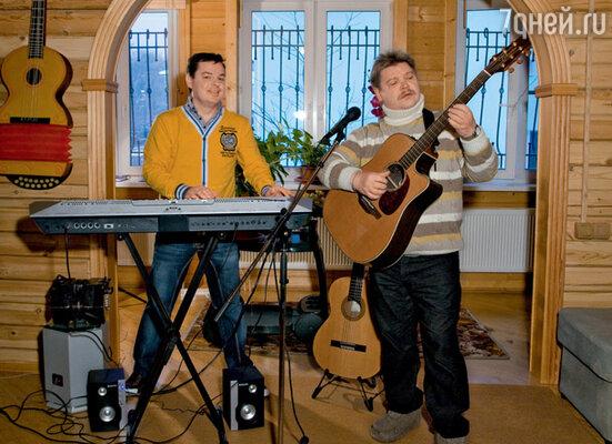 Николай и Владимир часто репетируют у Бандуриных дома, в студии на втором этаже