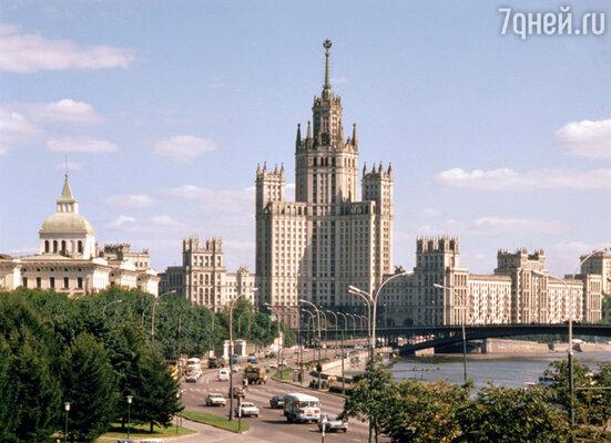 Снимая фильм, Владимир Меньшов исполнил свою мечту - оказался в знаменитой сталинской высотке, где по сценарию проживал профессор Тихомиров