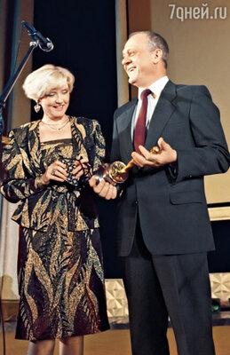 О получении в 1981 году «Оскара» Владимир Меньшов и Вера Алентова узнали от московских чиновников. Саму статуэтку режиссер взял в руки только спустя 7 лет