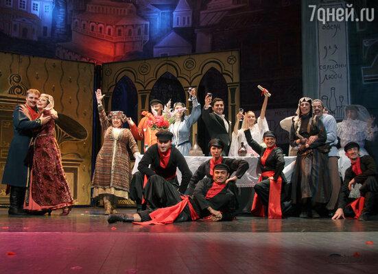 Великолепные декорации, знаменитые грузинские танцы на фоне зажигательной музыки и блистательной игры в исполнении любимых актеров захватывают зрителя, погружая их в атмосферу настоящего праздника в старом Тифлисе