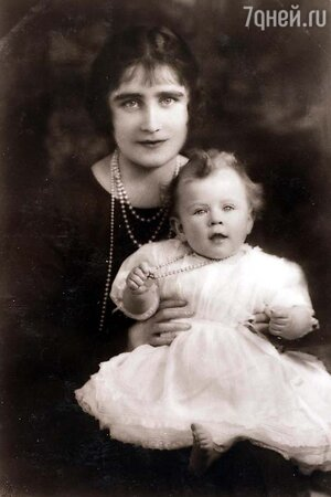 Будущая королева Елизавета II на руках у матери леди Елизаветы Боуз-Лайон