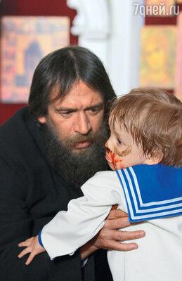 Царевича Алексея, которого Распутин лечил от гемофилии, играет Стефан Отто