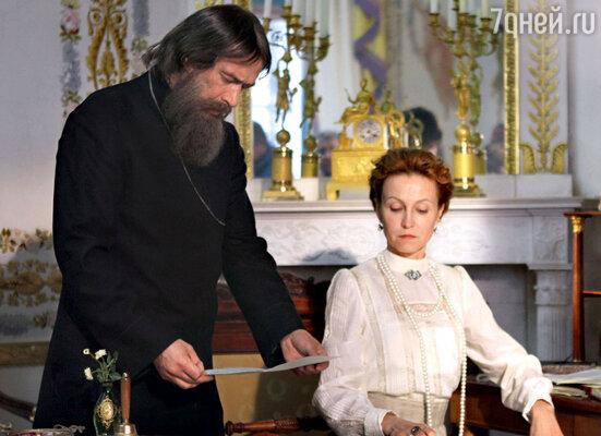 Старец был фаворитом императрицы Александры Федоровны, которую играет Ингеборга Дапкунайте