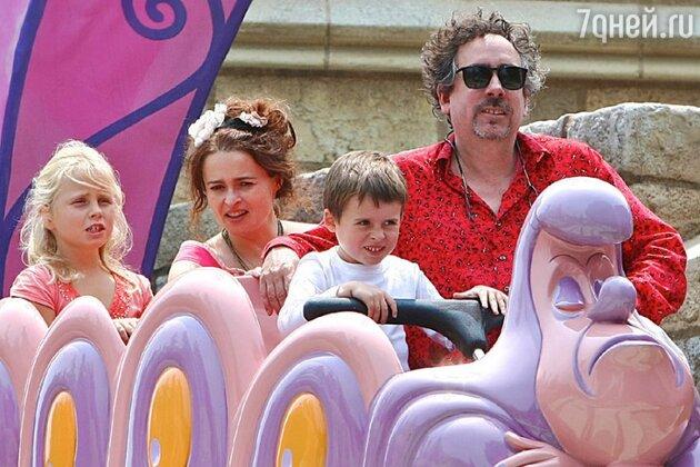 Тим Бертон и Хелена Бонэм Картер с детьми