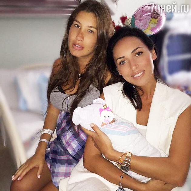 Алсу и Кети Топурия с новорожденной дочкой
