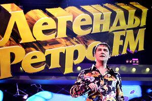 Юру Шатунова забросали белыми розами