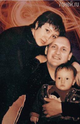 Официально Михайлов женился один раз. Стас хотел, чтобы его семья была такой же крепкой, как у его родителей. Но не сложилось... С бывшей женой Инной и сыном Никитой