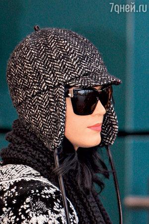 Американская певица Кэти Перри в ушанке в британском стиле
