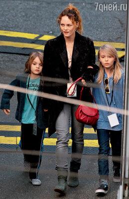Ванесса Паради с сыном Джеком и дочкой Лили-Роуз