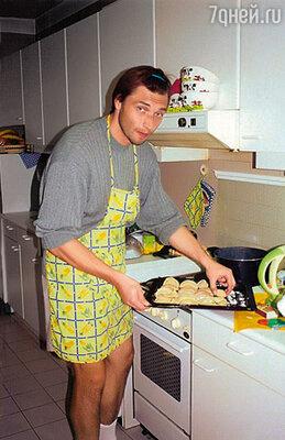 За границей мы скучали по русской еде, и Сережа взялся приготовить пельмени. Специально звонил своей маме в Москву, узнавал рецепт