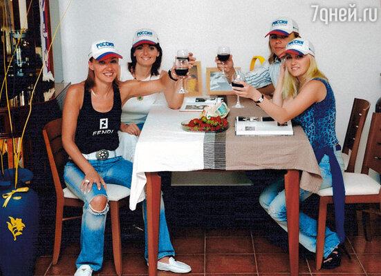Мы как сумасшедшие болели за Россию на чемпионате Европы по футболу. Наша маленькая «группа поддержки» (слева направо): я, Таня Евсеева, тоже жена футболиста, Женька и моя сестра Илона