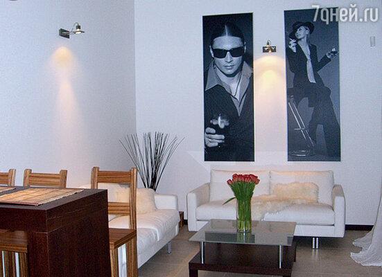 В отделке гостиной использовала снимки из нашей с Овчинниковым фотосессии. Смотрелись они очень эффектно