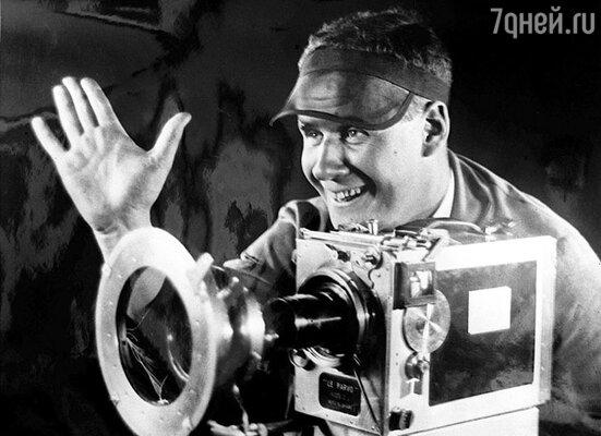 В 1930 году в Голливуд прибыл Сергей Эйзенштейн. Он решил экранизировать «Войну миров» Герберта Уэллса и «Американскую трагедию» Драйзера.