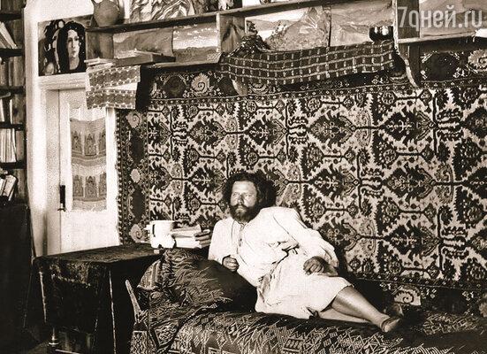 Весь дачный Коктебель люто ненавидел поэта Максимилиана Волошина. В его двухэтажном каменном доме жило много народу, и всех он селил бесплатно
