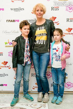 Екатерина Волкова с сыном Богданом и дочерью Александрой