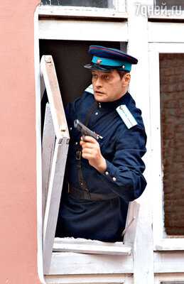 В продолжении сериала «Марьина Роща» Домогаров попадает влюбовный треугольник и оказывается в камере с уголовниками