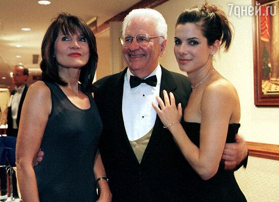 Сандра с матерью Хельгой и отцом Джоном на благотворительном вечере в Вашингтоне. 1998 г.