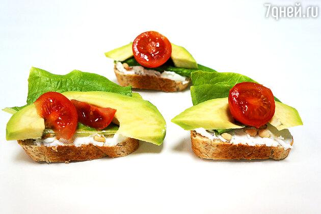 Бутерброды с томатами, авокадо и орешками: рецепт для пикника