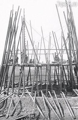 Первоначально планировалось построить пять радиобашен в Кремле: три — высотой по триста пятьдесят и две — по двести семьдесят пять метров. Но денег на них не нашлось, и пять башен превратились в одну, место для нее выделили на Шаболовской улице. Москва, начало 1920-х годов