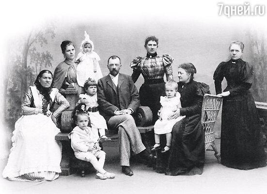Владимир Шухов в кругу семьи. Стоит в центре — жена Анна Николаевна, рядом сидит с ребенком на руках мать архитектора Вера Капитоновна. 90-е годы XIX века