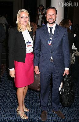 Наследный принц Норвегии Хокон взял в жены мать-одиночку, звезду рейв-вечеринок, не скрывающую, что в юности баловалась наркотиками,— и его не лишили права на престол