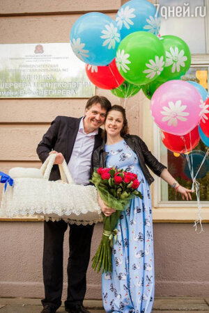 Денис Матросов с возлюбленной Ольгой Головиной и новорожденным сыном