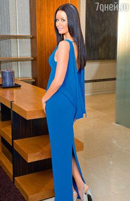 Телеведущая считает, что любимые вещи не могут выйти из моды. В платье, сшитом специально для телепроекта, но верно служащем хозяйке вне телеэкрана. Место съемки «Crocus Atelier Couture»