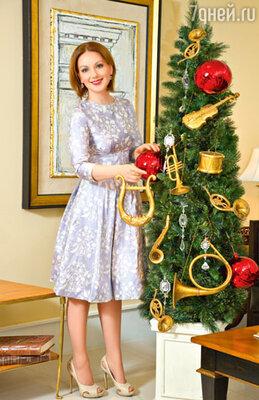 В этом году Ольга была лишена возможности новогоднего шоппинга, но это не помешало ей обзавестись прекрасными вечерними платьями. На Ольге Будиной платье от Ларисы Лебедевой