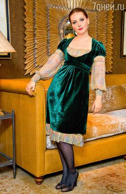 Уже много лет при выборе нарядов Ольга отдает предпочтение платьям романтических фасонов. На Ольге Будиной платье от Ларисы Лебедевой