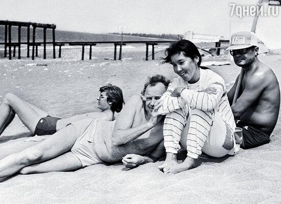 В Пицунде, в Доме творчества кинематографистов. Слева от меня и Эльдора — Иннокентий Смоктуновский с сыном Филиппом